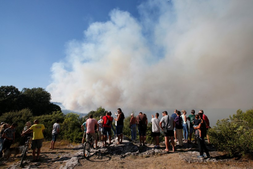 Metsapõleng Lõuna-Prantsusmaal noolib populaarseid suvituskohti