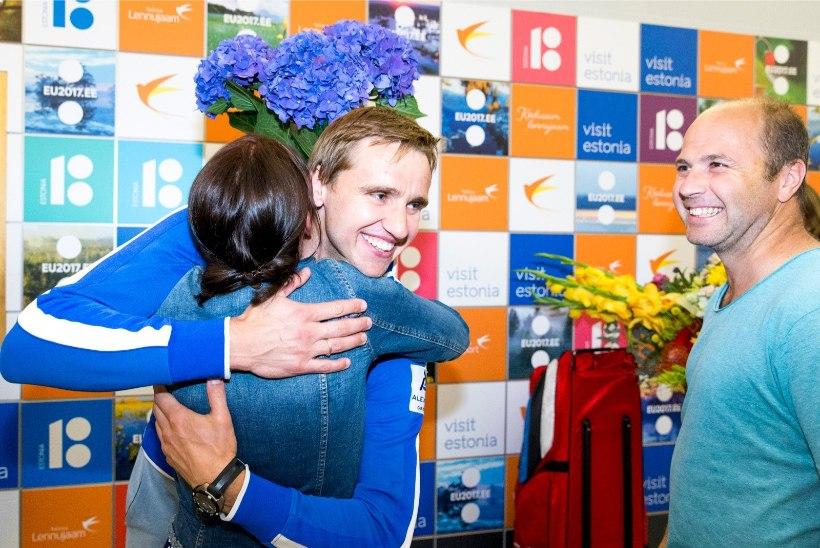 GALERII | MMi hõbedamees Nikolai Novosjolov jõudis kodumaale: naised näitasid mulle jälle koha kätte!