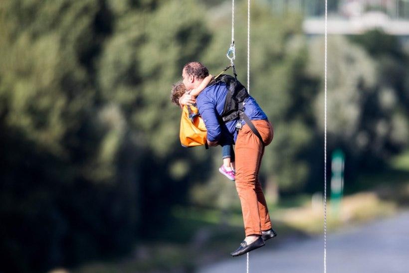 FOTOD | Kölnis päästeti Reini jõe kohal rikki läinud köisraudteelt kümneid inimesi