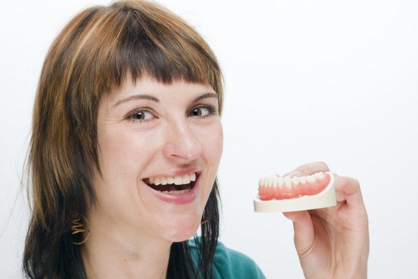 NAERATUS KORDA: puuduvaid hambaid aitavad asendada proteesid