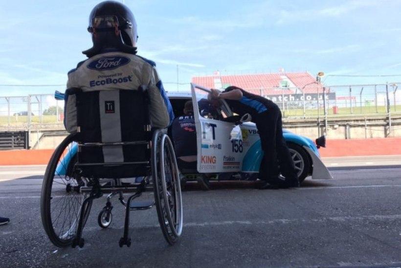 MEES, KES EI ANNA ALLA: avariis jalad kaotanud nooruk naasis võidusõiduauto rooli