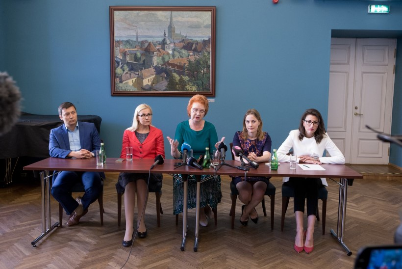 Kehakeeleekspert pressikonverentsist: kõik viis on segaduses ja löödud, Toom pööras tüdrukutele selja