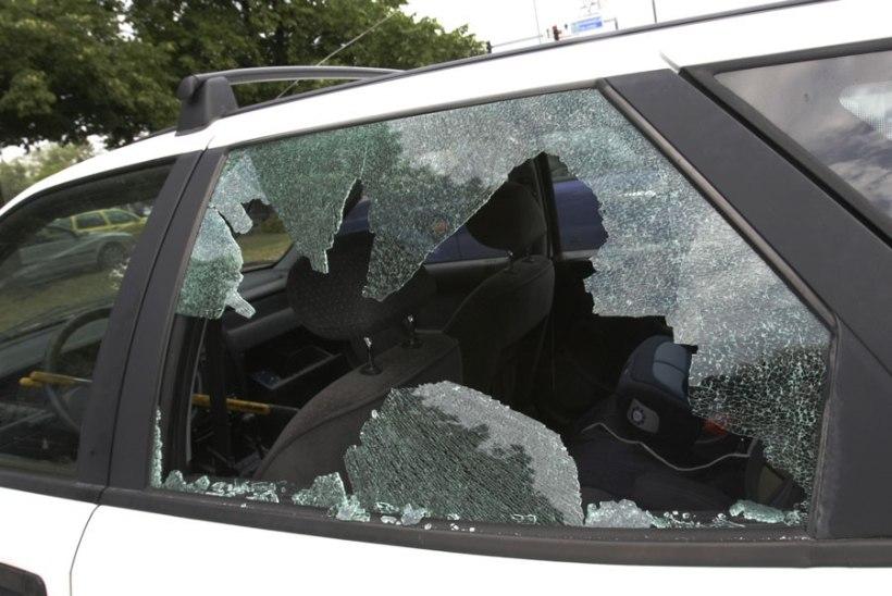 Tallinnas Pelgulinnas lõhuti mitmel autol aken ja varastati asju