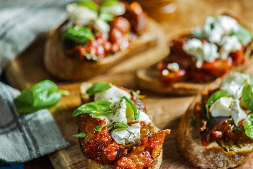 Baklažaani-bruschetta  tomati, basiiliku ja  kitsejuustuga
