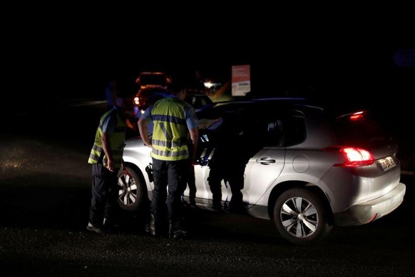 Prantsusmaal sõitis auto restorani väliterrassile. Surma sai 13aastane tüdruk, vigastada üle 10 inimese