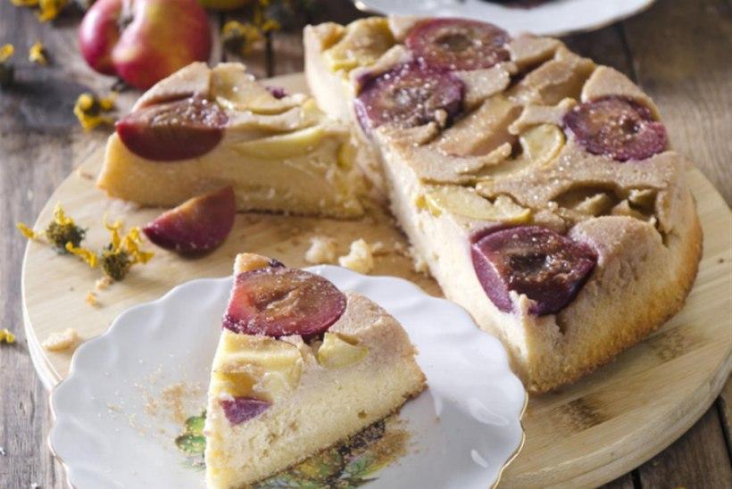 Karamelliste õunte ja ploomidega tagurpidi kohupiimakook