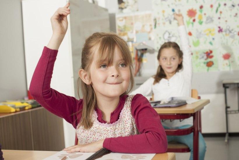 Tüdruk tõstab kätt