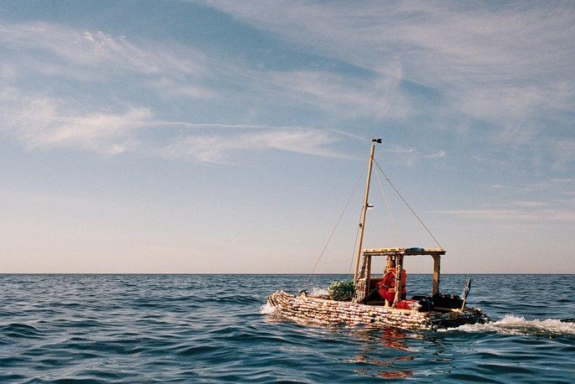 TÄIESTI PÖÖRANE! Eesti noormees reisis purkidest parvlaeval Soomest Eesti