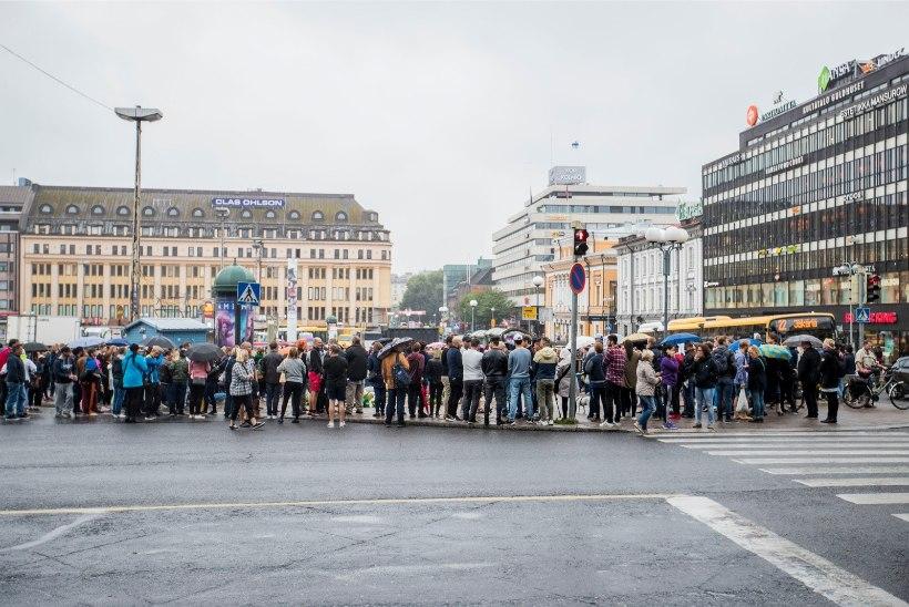 FOTOD & VIDEO | Soomlased on Turus toimunud pussitamistest šokis