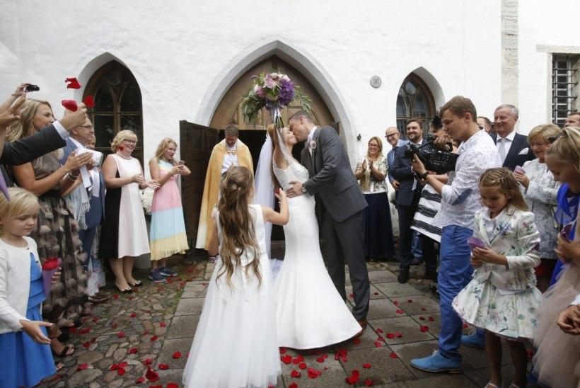 VIDEO | Vaata, kuidas Luisa Rõivas lauldes altari ette kõndis