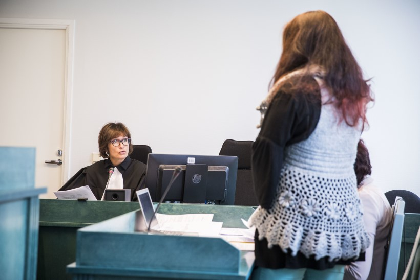 Ööklubis peegli lõhkunud meest trahvinud naispolitseinik astus kohtu ette
