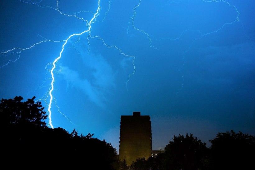 VIDEO | Ära narri loodusjõude: tormi filminud mees sai välgutabamuse