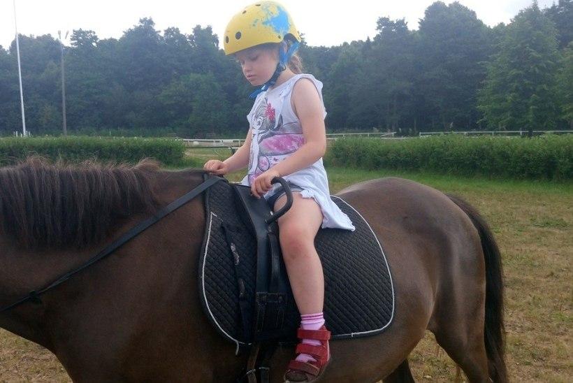 Kolm raske puudega last saavad tänu annetajaile ratsutamisteraapiat
