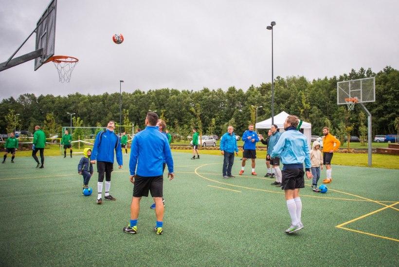 GALERII | Vutimehed ja kultuuritegelased pidasid maha jalgpallilahingu. Väravavõrk sahises 10 korda
