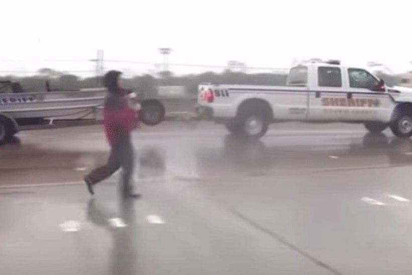 VIDEO | Reporter päästis Houstoni üleujutuses hätta sattunud veokijuhi elu