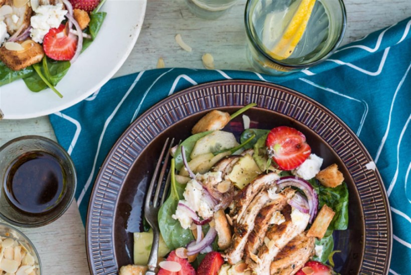 RETSEPT | Suvine salat grillitud kana ja maasikatega