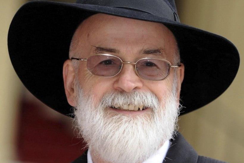 Tippkirjanik Terry Pratchett lasi oma teosed teerulli all purustada
