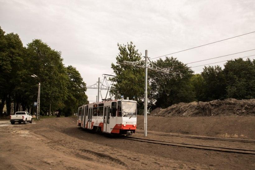 GALERII   Pidu bändi ja batuudiga ehk Vaata, kui meeleolukalt avati Kopli trammitee