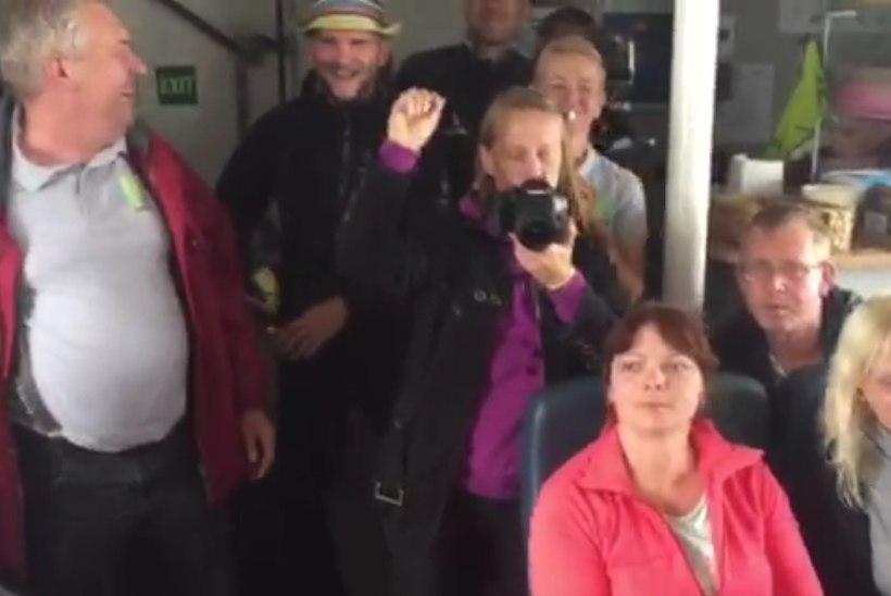 VIDEO | Selline peab üks tõeline muusik olema! Alen Veziko spontaanne esinemine Prangli laeva pardal