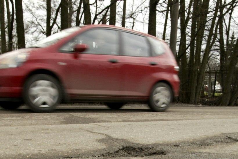 12-aastane laps sai bussi tagant teed ületades auto külgepeeglilt löögi