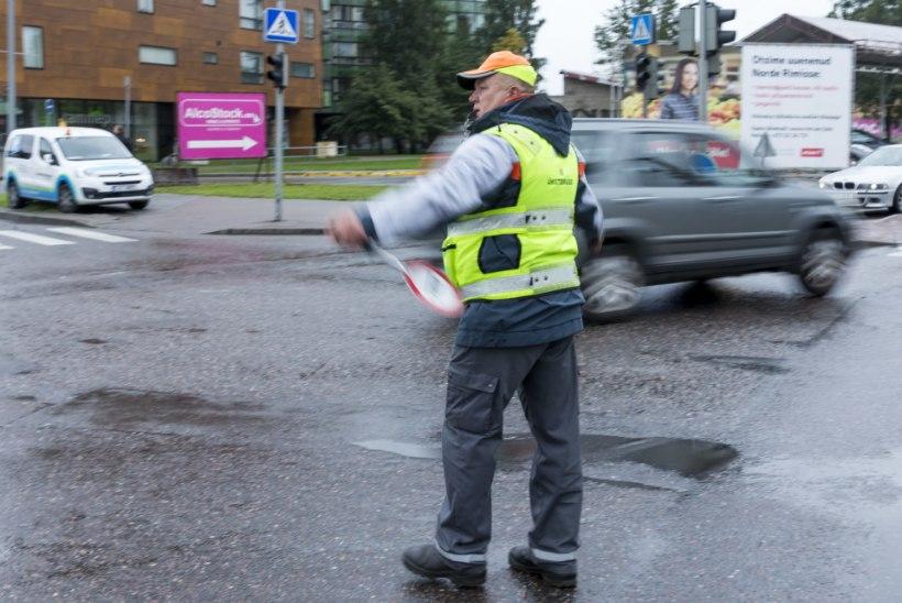 PUUDULIK TEAVITUS: pealinna liikluskorralduse juht viis sügisjooksu ajal inimesed ise lähima ühistranspordivahendini