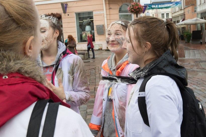 ÕHTULEHE VIDEO JA GALERII | Tartu tudengid pesid hambaharjadega Reakoja platsis kivisid
