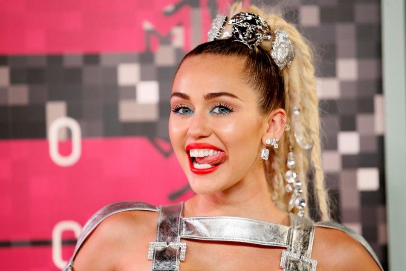 IHUALASTI VANGIKONGIS: vaesel Miley Cyrusel pole hilbukestki seljas...