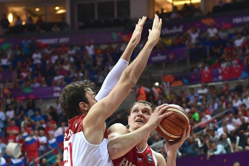 PALLISKANDAAL KORVPALLI EM-IL! Venelaste NBA tsenter: ma püüan niigi kehvalt, aga neid mänguvahendeid ei saa üldse kätte