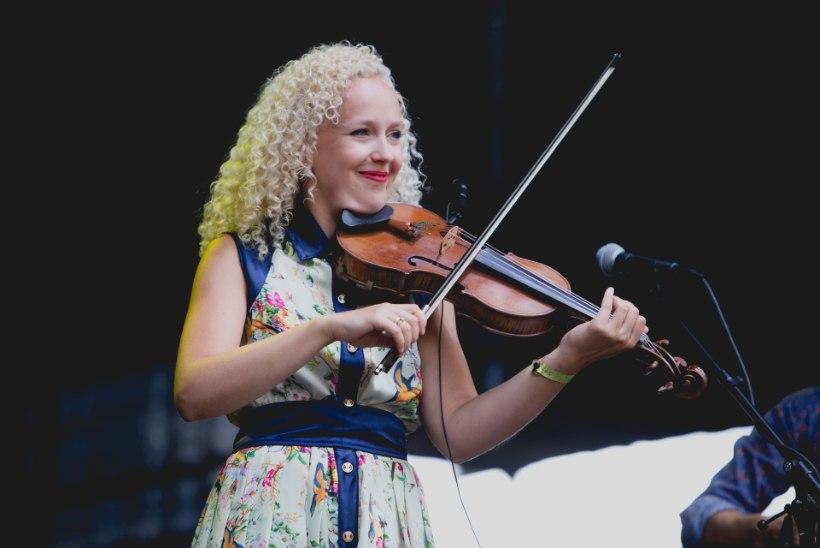 """Kuula Curly Stringsi hittlaulu """"Kauges külas"""" vene keeles!"""