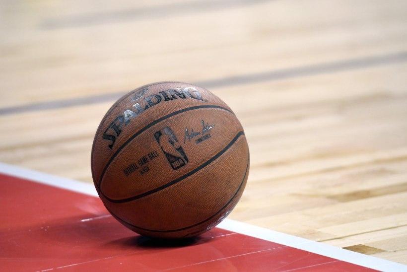 NAERUVÄÄRNE VIDEO | NBAs võib põrgatamata platsil muretult ringi paterdada