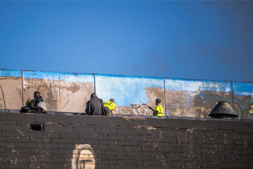 GALERII   Omavoliline kunst pestakse linnahalli seintelt maha