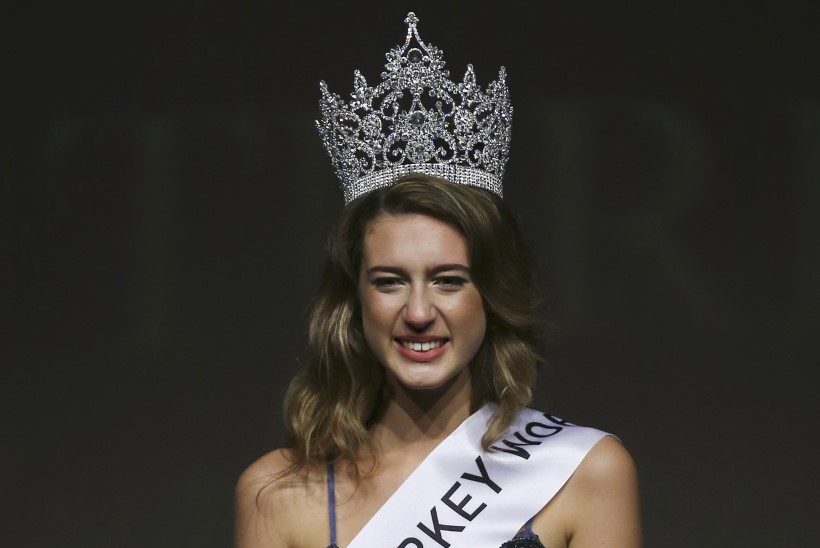 Miss Türgilt võeti Twitteri säutsu tõttu tiitel