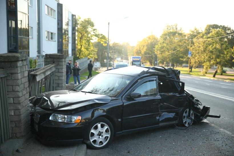 FOTOD | Veoauto keeras sõiduautole ette. Kes on tegelikult süüdi?
