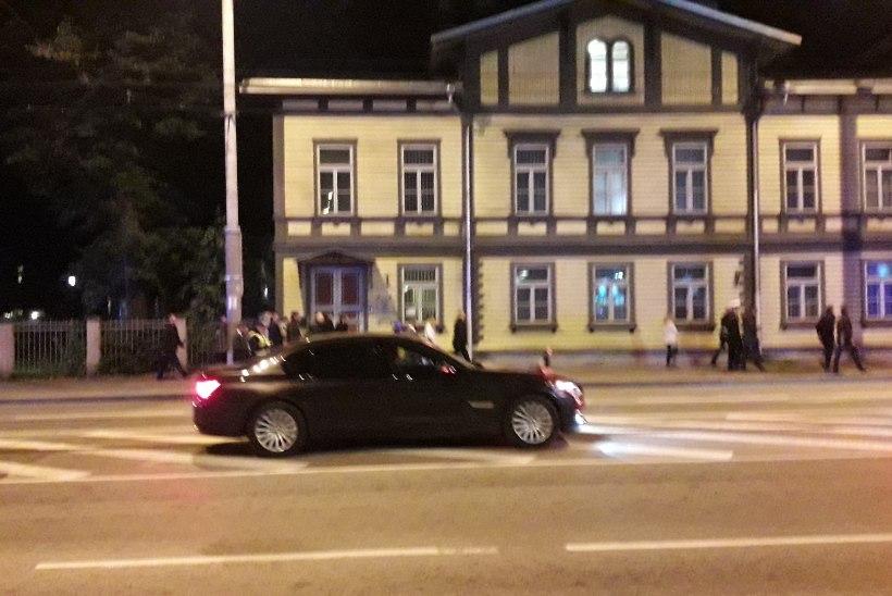 ÕL FOTOD JA VIDEOD   Vive la France! Kartmatu Macron nautis öist Tallinna ja läks Kadriorust jala hotelli