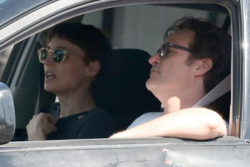 """Armulugu edeneb - """"Lohetätoveeringu"""" kaunitar ja Joaquin Phoenix panid leivad ühte kappi"""