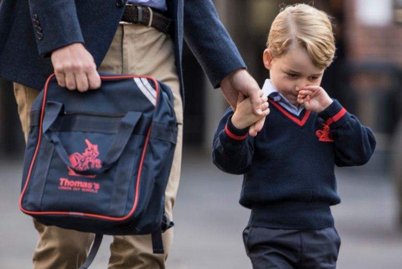 FOTOD   Prints George alustas isa käe otsas kooliteed
