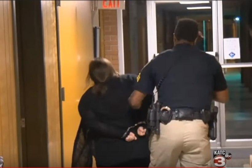 VIDEO | Politseinik lohistab ebaõigluse vastu protestinud õpetaja minema