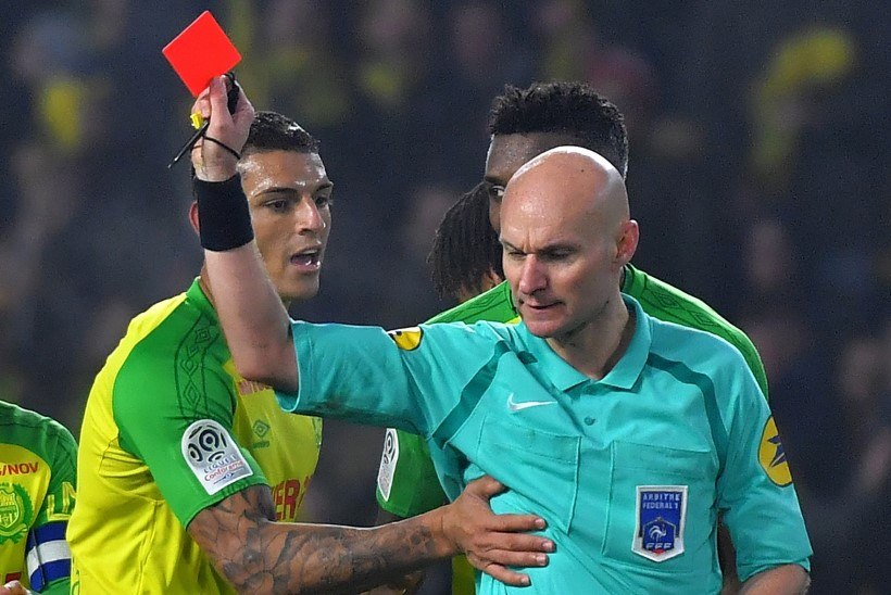 Esmalt mängijat löönud ning seejärel punast kaarti viibutanud kohtunik tunnistas oma viga: käitusin kohatult