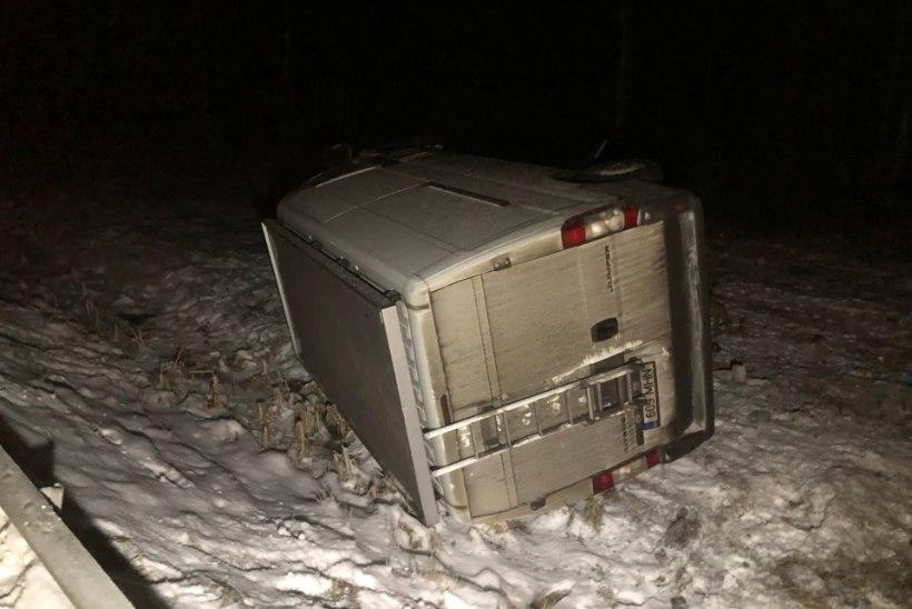 FOTOD | Ussisool sõitis kaubik kraavi kummuli, juht sai kergelt viga