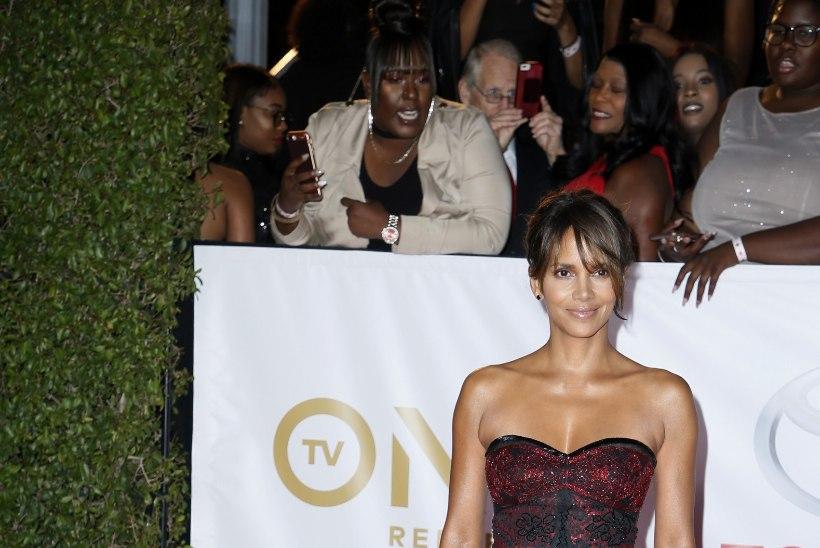 FOTOD   Halle Berry veidralt paljastav kleit jättis fantaasiale ülivähe ruumi