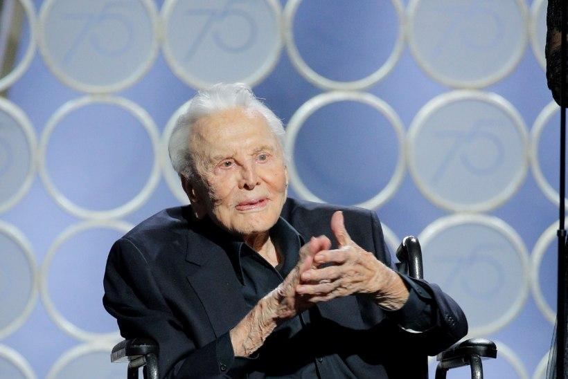 LIIGUTAV KLÕPS: 101aastane Kirk Douglas poseerib pisikese pojapojatütrega