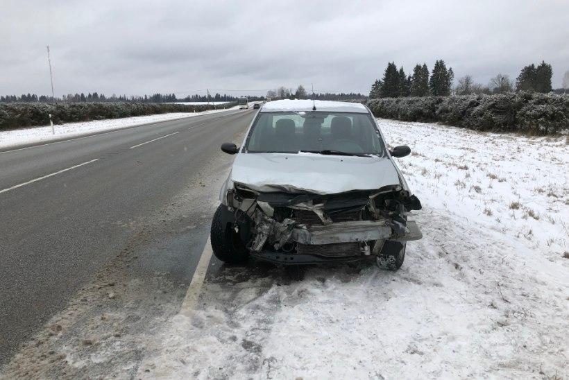GALERII | Ussisoo teelõigul põrkasid  kokku sõidu- ja veoauto