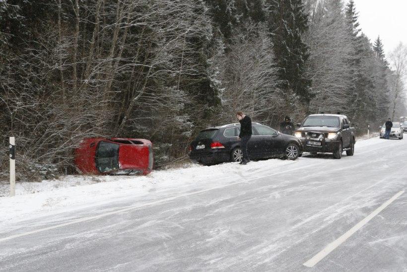 GALERII   Teeolud on väga halvad: Ääsmäe-Haapsalu teel juhtus järjest kolm avariid