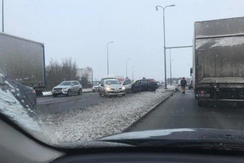 FOTO | Järvevana teel juhtus  raske liiklusõnnetus, üks sõidusuund on suletud