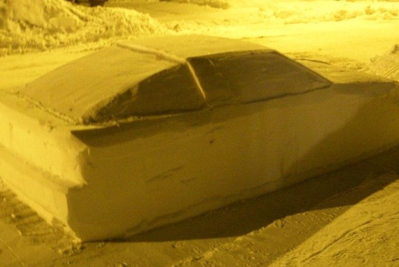 """FOTOD   Mees tõmbas politseinikud haneks lumest tehtud autoga ja sai """"parkimistrahvi"""""""
