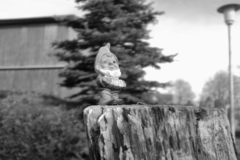 SÕDA AIAPÄKAPIKE VASTU: kirik käsib maitsetud hauakaunistused eemaldada