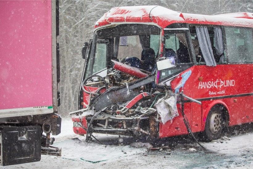 GALERII ja VIDEO | RASKE ÕNNETUS: Tallinna-Tartu maanteel põrkasid kokku veok ja reisibuss, bussijuht hukkus