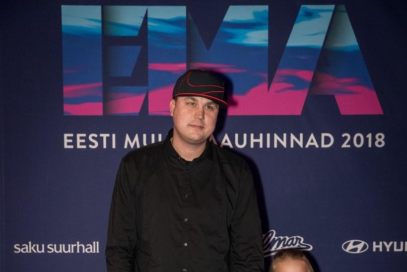 FOTOUUDIS | NUMMIMEETER PÕHJAS! Jaanus Saks tuli muusikaauhindadele koos oma kauni tütrega