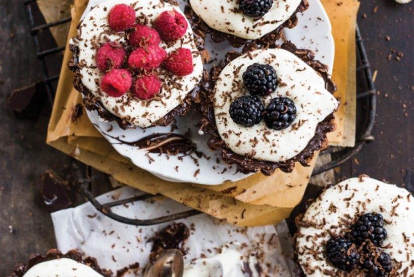 Mascarpone ja marjadega täidetud šokolaadikoogid