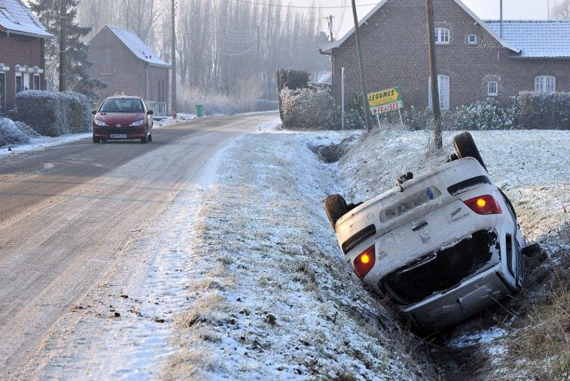 Politsei soovitab autojuhtidel rasketes ilmastikuoludes möödasõitudest loobuda